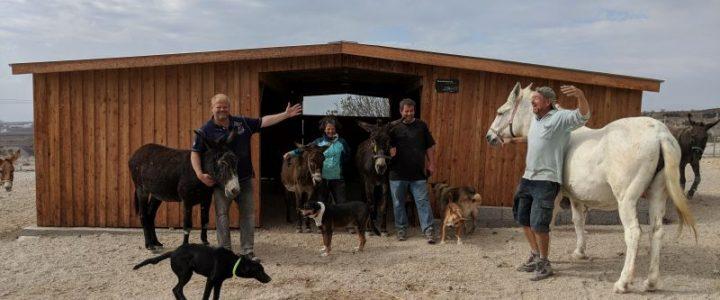 Mike, Angelika und Dave(r) vor dem neuen Eselstall.